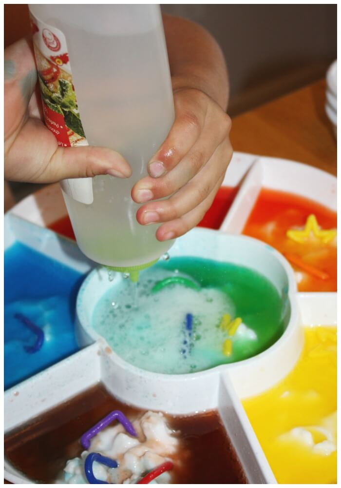 color mixing fizzy science with squeeze bottle