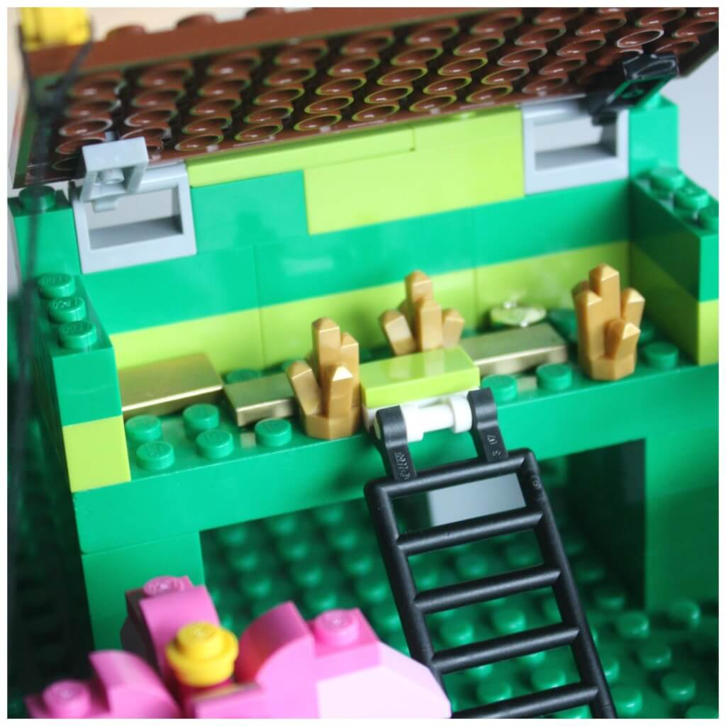 Lego leprechaun trap with roof on hinges