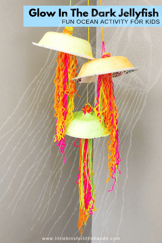 Ocean jellyfish craft for kids that glows in the dark to explore bioluminescence.